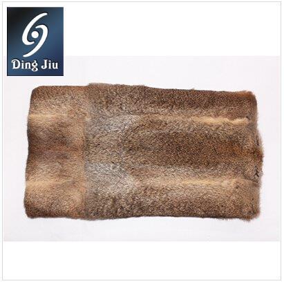 河南丁九专注皮毛制品16年,河南丁九欧洲进口草青草黄兔毛皮产品深受国内外新老客户的青睐。