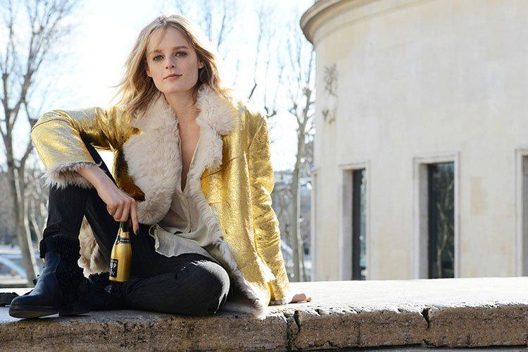 金色外套里面是羊毛卷花的内里很保暖